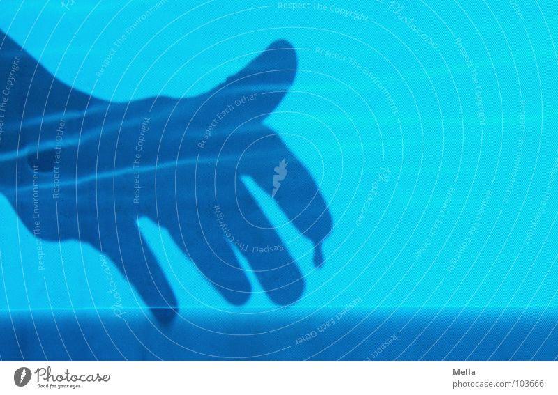 Tropfen für Tropfen Hand hell glänzend schimmern Kinderhand bedrohlich unheimlich gruselig Vogelperspektive Wasser gefährlich Schatten blau oben von links