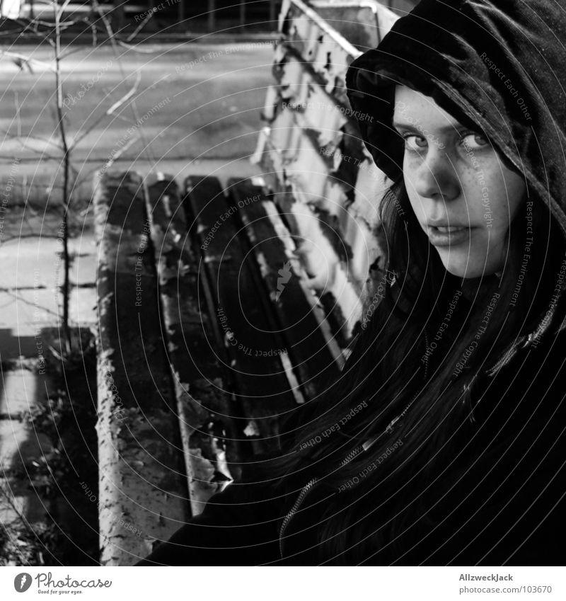 warten auf der Ersatzbank Verspätung Gras Baum Frau Mädchen Sitzgelegenheit Sitzung hinsetzen lang Kapuze Mantel schwarz weiß Bahnhof Langeweile wildwuchs