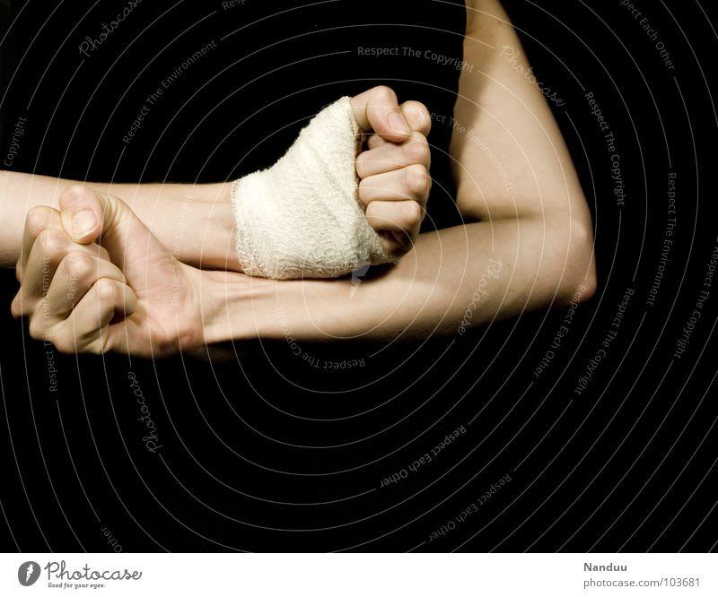 Faust und Mephisto Kampfsport Rücken Arme Hand Finger beobachten kämpfen Aggression bedrohlich dunkel hell kaputt Wut schwarz Kraft Schmerz Angst Ärger Gewalt