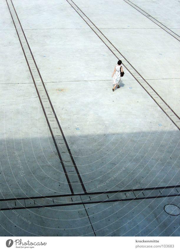 Schatten der Vergangenheit Frau Platz Überqueren Tasche Kleid dunkel gehen Einsamkeit verloren Verkehrswege Linie Mensch überschatten hell laufen