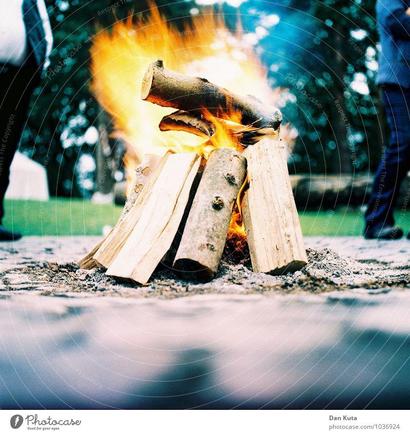 Feuer frei! Erholung ruhig Feste & Feiern Feuerstelle brennen Lodern Holz Brennholz Brandasche entzünden Langzeitbelichtung Dynamik Cross Processing analog