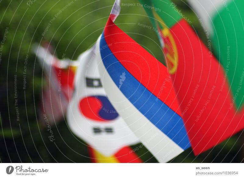 Fähnchen im Wind Ferien & Urlaub & Reisen blau grün Farbe weiß rot Bewegung leuchten ästhetisch Wandel & Veränderung Freundlichkeit Team Asien Fahne Frieden
