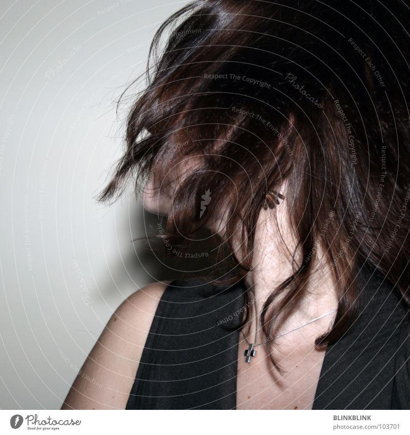 move #x Frau Mensch Freude Wand Kopf Haare & Frisuren Bewegung Mauer braun Haut glänzend Jacke Schulter Hals Halskette Weste