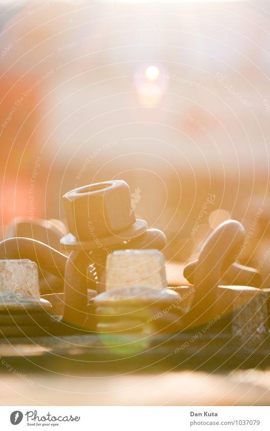 Sommerliche Entgleisung Gleise Stadt Schraube Eisenbahnschwelle Metall Wärme technisch historisch Blendenfleck Farbfoto Außenaufnahme Nahaufnahme Menschenleer