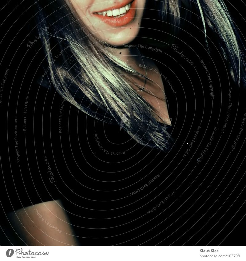 TO DANCE IN THE DARK :: Frau Freude schwarz Haare & Frisuren lachen blond Club grinsen