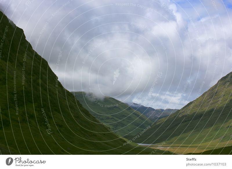 das geheimnisvolle schottische Tal nordische Natur Sommer in Schottland schottischer Sommer Einsamkeit Hügel unheimliche Stille mysteriös mystisch