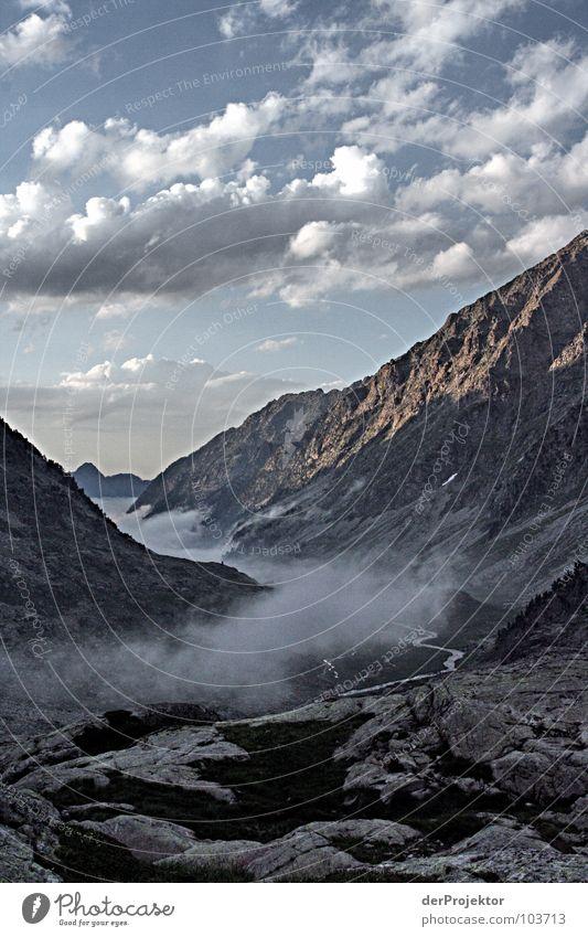 Die Schmerzen haben sich gelohnt Nebel Wolken grün Sonnenuntergang Stimmung Berge u. Gebirge Pyrenäen Himmel blau Felsen Stein fog blasen Abend Kontrast
