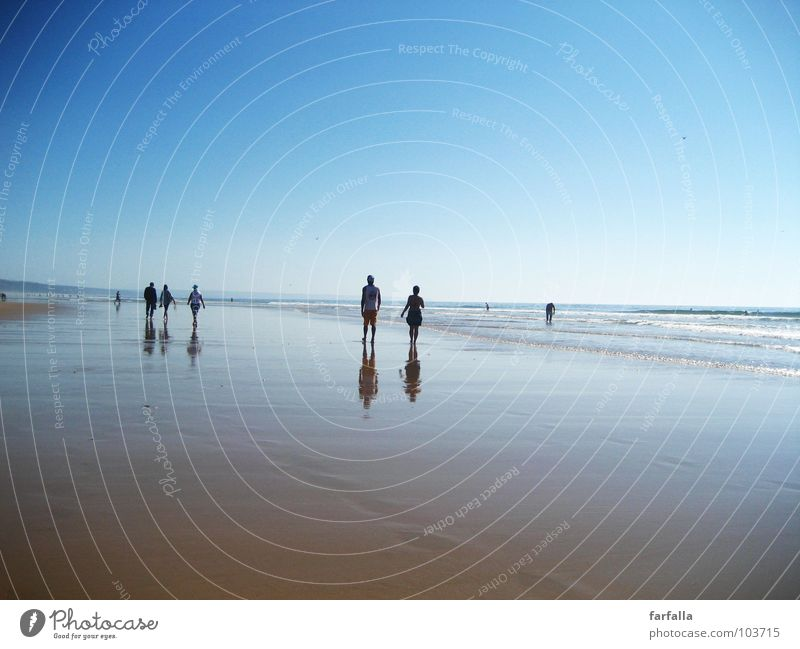 Summer-Dream Mensch Sonne Meer blau Sommer Strand Ferne Menschengruppe Paar laufen Horizont paarweise Zukunft Niveau Spaziergang Unendlichkeit