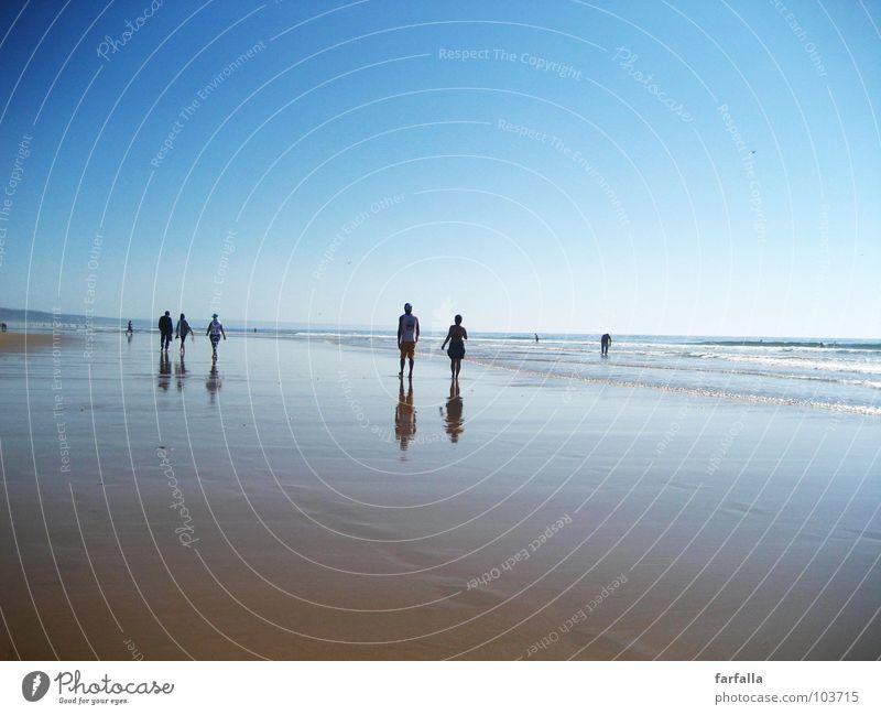 Summer-Dream Sommer Strand Spaziergang Ferne Zukunft Menschengruppe Unendlichkeit Reflexion & Spiegelung Horizont Meer Sonne laufen blau Paar Niveau paarweise