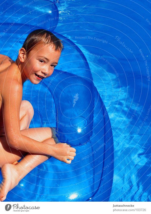 Sesselsurfen Schwimmbad Kind Junge blasen aufblasbar Sommer Spielen Spielzeug Luftmatratze Ferien & Urlaub & Reisen Sonnenbad Zufriedenheit toben Lebensfreude