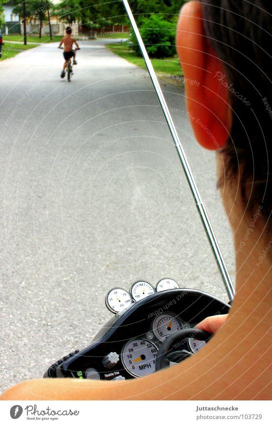 Ferngesteuert Mensch Kind Straße Spielen Junge Wege & Pfade Kraft Fahrrad Macht Spielzeug führen Tiefenschärfe Kontrolle Fahrradfahren Antenne Kapitalwirtschaft