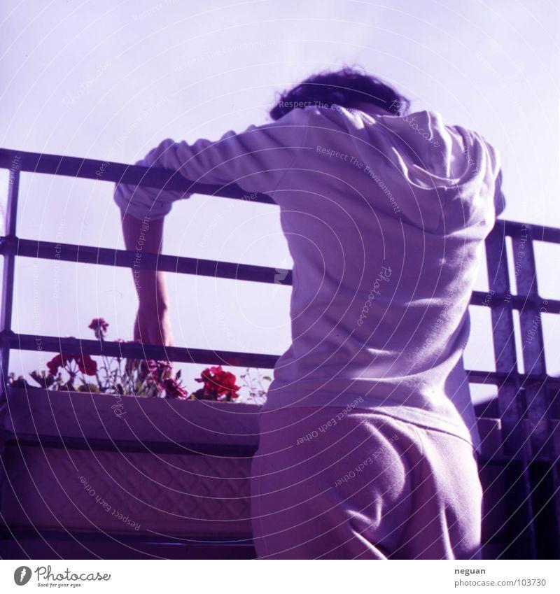 untitled Frau Mensch Hand Himmel Blume Sommer ruhig Einsamkeit Gefühle Traurigkeit Wärme Metall Wohnung Rücken Trauer Wachstum