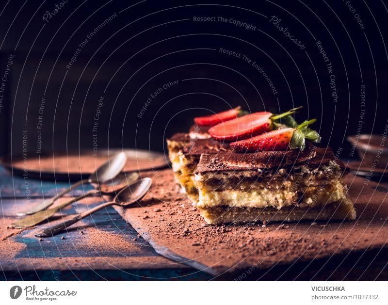 Erdbeeren Tiramisu Kuchen mit Schokolade alt blau dunkel Stil Speise Hintergrundbild Lebensmittel Foodfotografie Frucht Design Ernährung Tisch