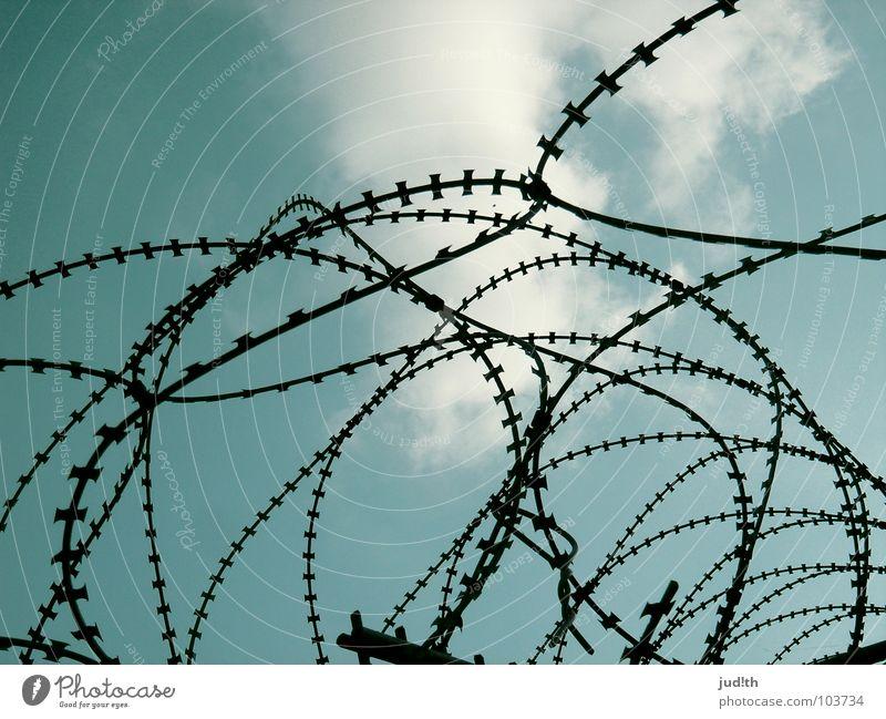 Ausbruch Himmel weiß blau Wolken Freiheit träumen frei gefährlich bedrohlich Zaun eng gefangen Draht Schwäche Justizvollzugsanstalt