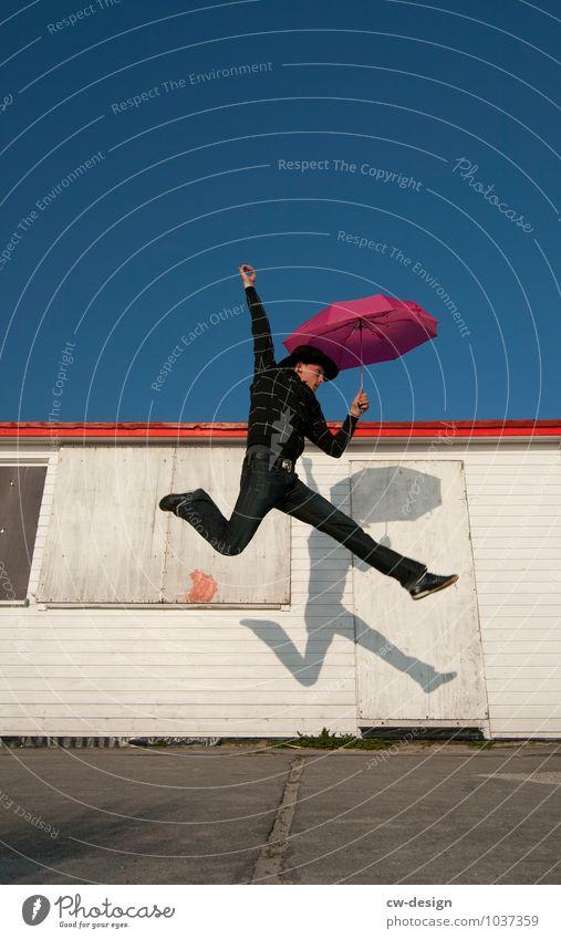 Der Typ mit dem Regenschirm Mensch Jugendliche Mann Junger Mann Freude 18-30 Jahre Erwachsene Leben Stil Sport Glück Freiheit fliegen Lifestyle springen