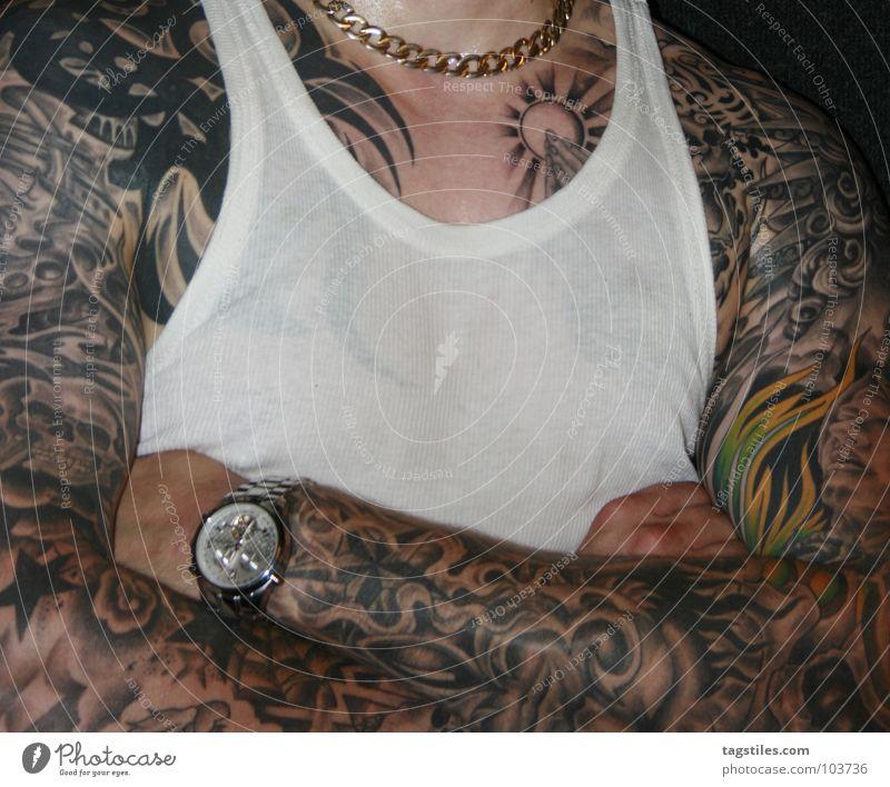 POWER Schweiß Goldkette nass transpirieren tätowiert Mann Gebet Hand durchsichtig Oberkörper Uhr verschränkt Hemd Unterhemd Kraft Haut Kette gold verschwitzt