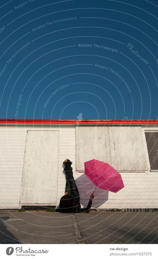 Der Regenschirm Mensch Ferien & Urlaub & Reisen Jugendliche Sommer Sonne Erholung ruhig Freude 18-30 Jahre Erwachsene Leben Stil Freiheit Lifestyle liegen