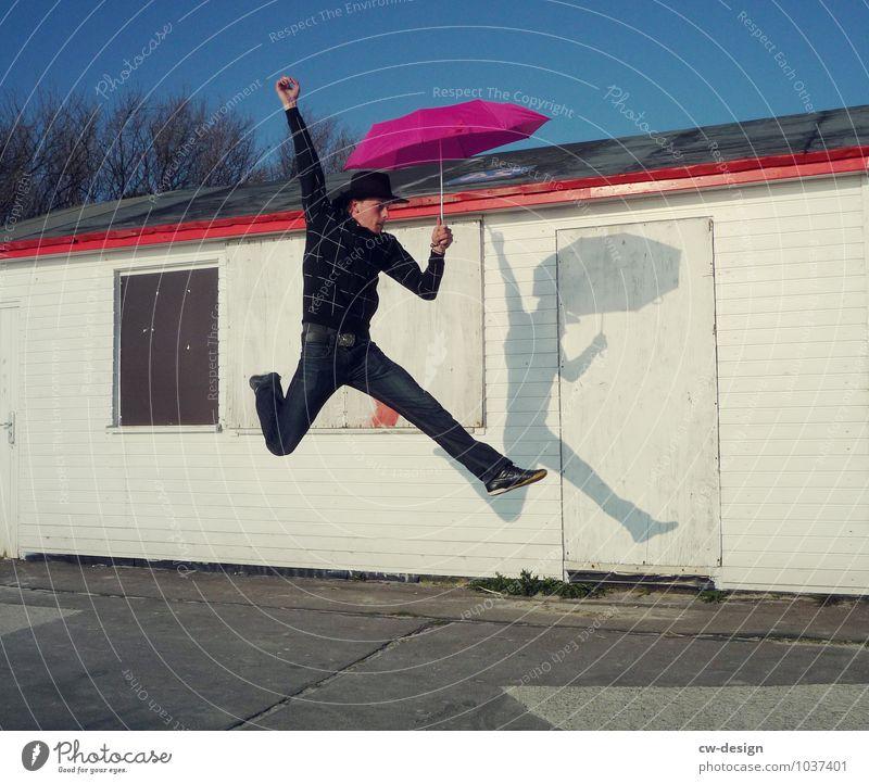 jetzt aber schnell - Junger Mann sportlich mit Schirm springen hüpfen Regenschirm Sonnenschirm Mensch Freude Erwachsene Tag Farbfoto Außenaufnahme Jugendliche
