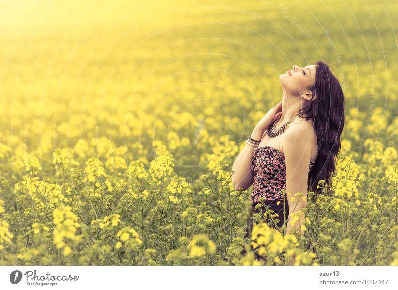 Schöne junge Frau genießt die warme Sonne in der Natur Mensch Jugendliche schön Sommer Erholung ruhig 18-30 Jahre gelb Erwachsene Leben Gefühle Liebe Frühling