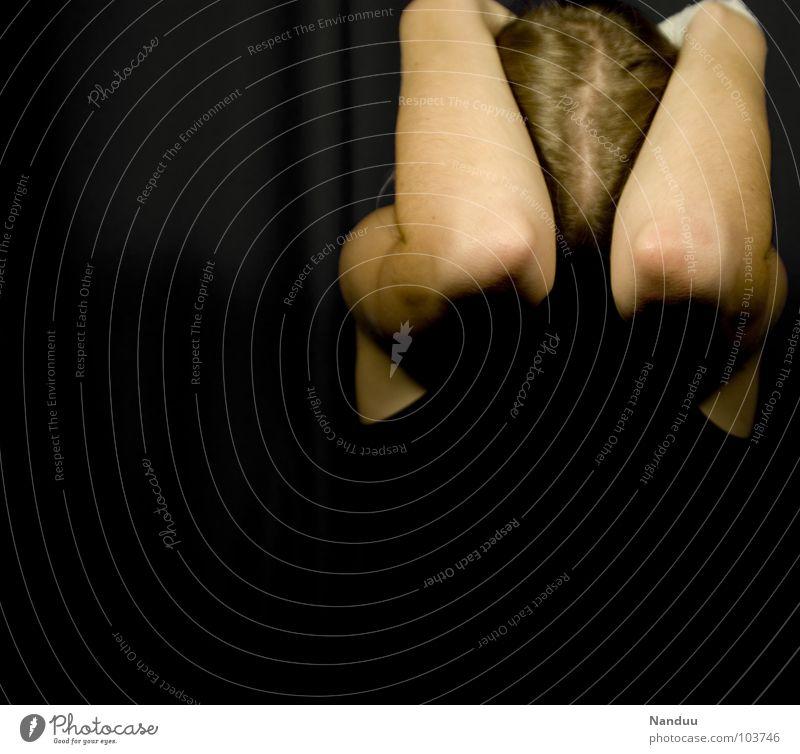 Schutz Frau Mensch schwarz Einsamkeit dunkel Haare & Frisuren Kopf Traurigkeit Angst Erwachsene Arme Trauer gefährlich bedrohlich Gewalt