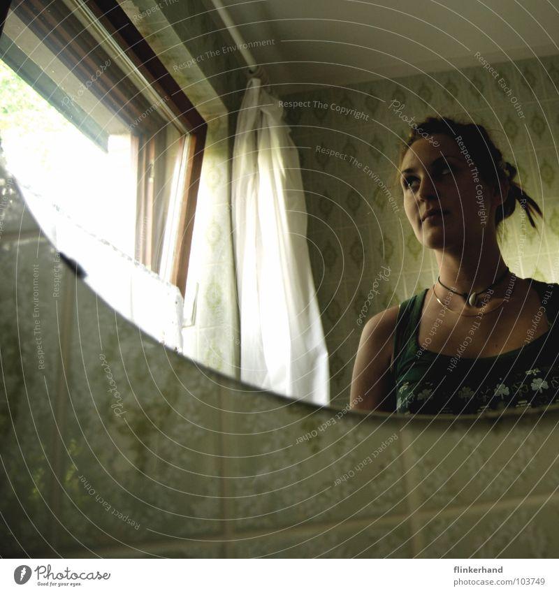 grün in the bathroom Bad Rastalocken Vorhang weiß Fenster Muschel Top Kleeblatt Filz Fensterrahmen retro Siebziger Jahre Gardine Spiegel rund Symmetrie