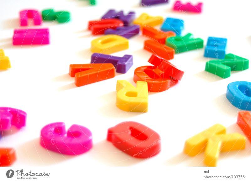 Buchstaben ZWÖ mehrfarbig gelb grün rot weiß Wort Magnet lesen chaotisch durcheinander unordentlich Zusammensein Freude Dekoration & Verzierung Schriftzeichen