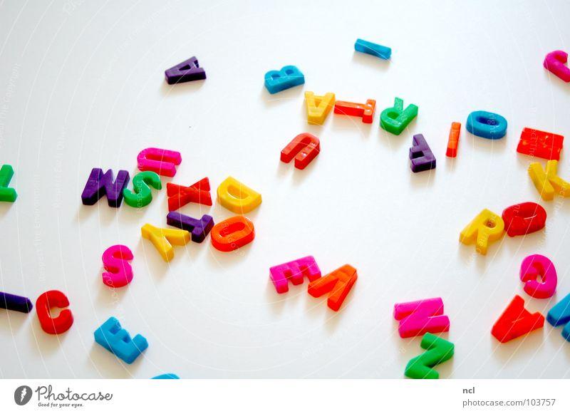 Buchstaben DREI mehrfarbig gelb grün rot weiß Wort Magnet lesen chaotisch durcheinander unordentlich Zusammensein Dekoration & Verzierung Freude Schriftzeichen