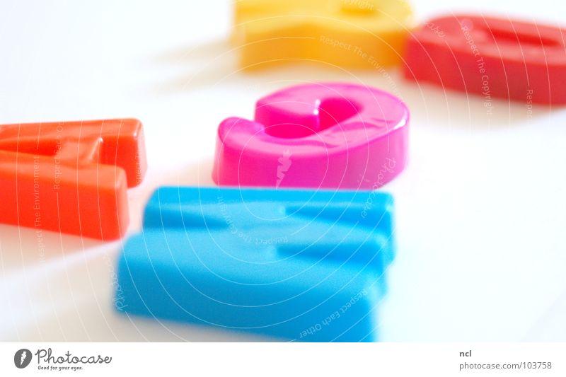 Buchstaben VIER mehrfarbig gelb grün rot weiß Wort Magnet lesen chaotisch durcheinander unordentlich Zusammensein Freude Dekoration & Verzierung Schriftzeichen