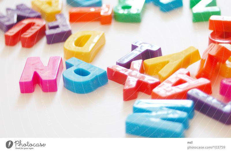 Buchstaben FÜNF mehrfarbig gelb grün rot weiß Wort Magnet lesen chaotisch durcheinander unordentlich Zusammensein Dekoration & Verzierung Freude Schriftzeichen