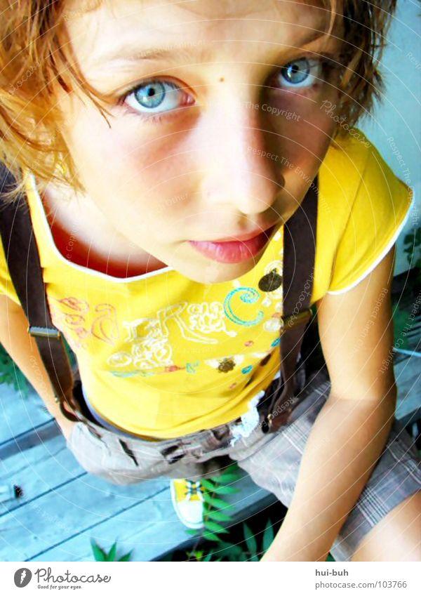 Hanf Kind Jugendliche Mädchen schön blau Auge Erholung Stil Gras klein Bekleidung süß Coolness niedlich fein