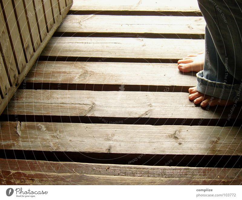 barfuss Frau blau Sommer Erwachsene Wärme Holz Beine Fuß braun Tür stehen Jeanshose Hose Eingang Fuge