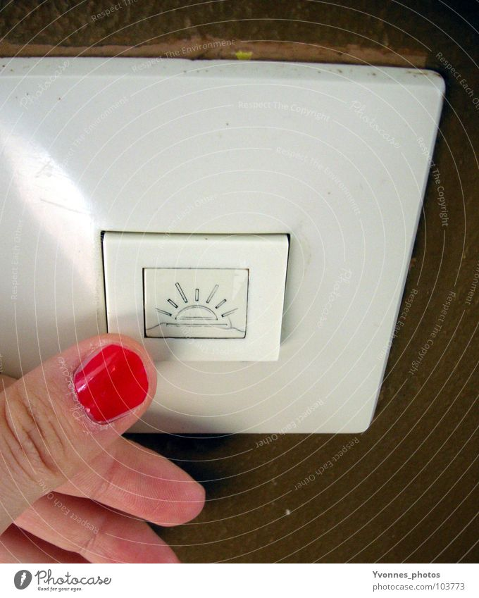 Let the sunshine in Wand Schalter Lichtschalter Sommer Sonne Sonnenstrahlen aktivieren ausschalten Hand drücken Finger Fingernagel rot braun Knöpfe