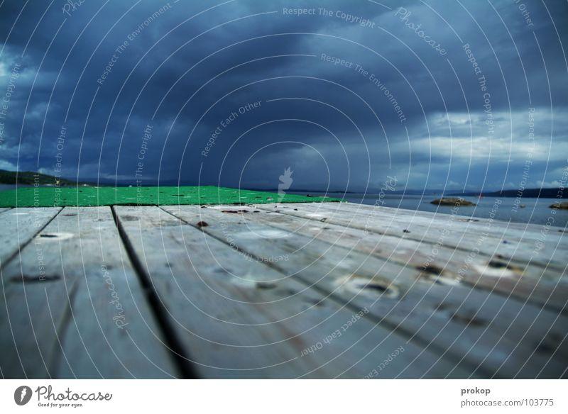 Mit Anlauf ins Tiefdruckgebiet Steg Ferne springen Sprungbrett Wolken dunkel Meer Meerwasser Holz Splitter Vogeldreck Unwetter gefährlich Himmel Strand Küste