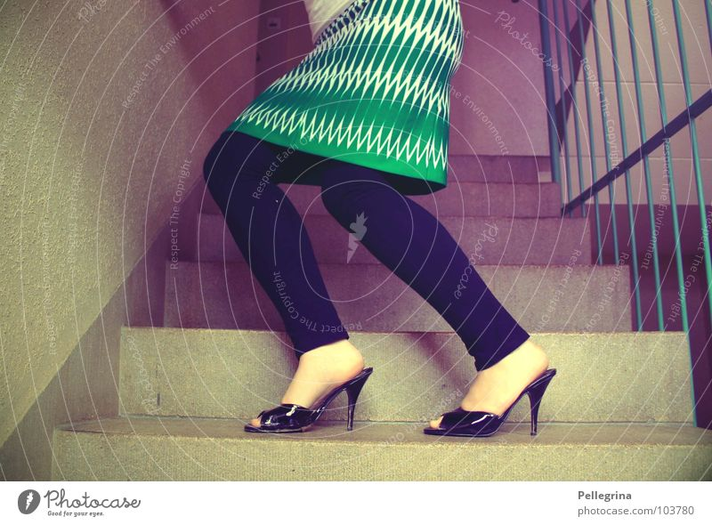 stairway to the 50s Fünfziger Jahre Damenschuhe Treppenhaus violett magenta Siebziger Jahre Muster grün Frau Stab Mauer Wand Knie Körperhaltung Kleid Zeit Beine