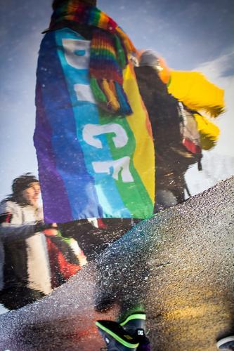 Die Botschaft ist Frieden Mensch Jugendliche 18-30 Jahre Erwachsene Straße Gefühle Berlin Feste & Feiern elegant Ernährung authentisch Tanzen Asphalt Pfütze