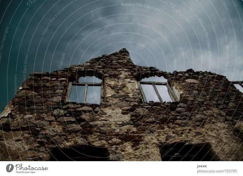Obdachlos Haus Himmel Gewitterwolken schlechtes Wetter Menschenleer Ruine Mauer Wand Fenster Stein alt dunkel historisch trist braun grau schwarz Angst Verfall