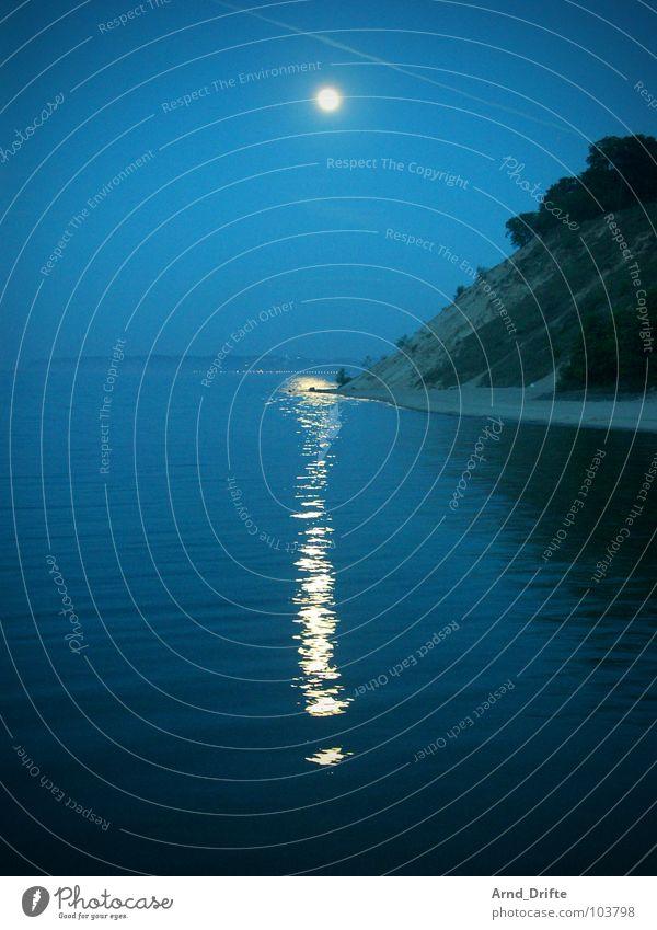 kleines i Küste Meer Wellen Reflexion & Spiegelung Licht Strand Nacht Kondensstreifen Mond Wasser blau Sand Abend Himmel