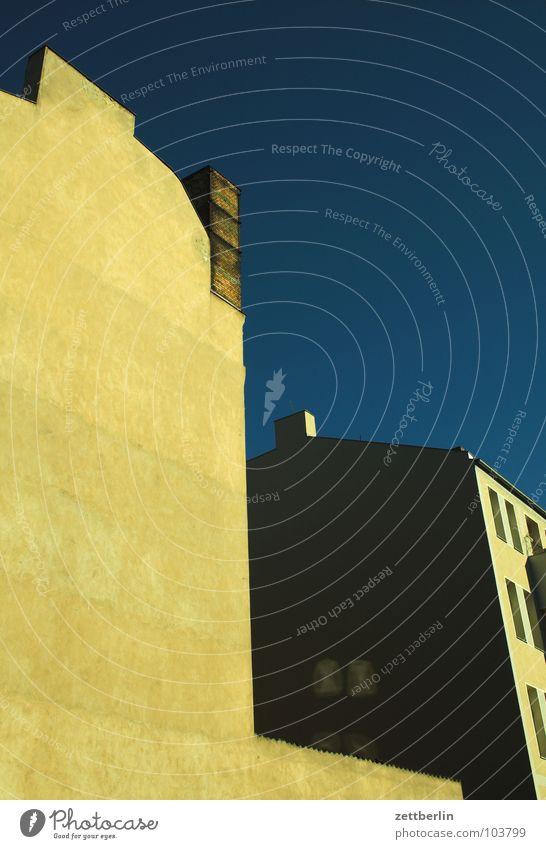 Variante 2 Haus Fassade Hinterhof Irrlicht dunkel Stadthaus Wohnhochhaus Mieter Vermieter Etage Balkon Morgen Abend Abenddämmerung Dämmerung Vergänglichkeit