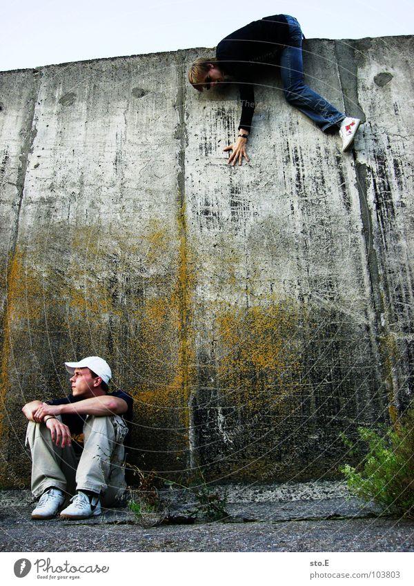 [b/w] hinterhalt Mensch Mann Natur Jugendliche Himmel Pflanze ruhig schwarz gelb Farbe Wand oben grau Mauer Denken