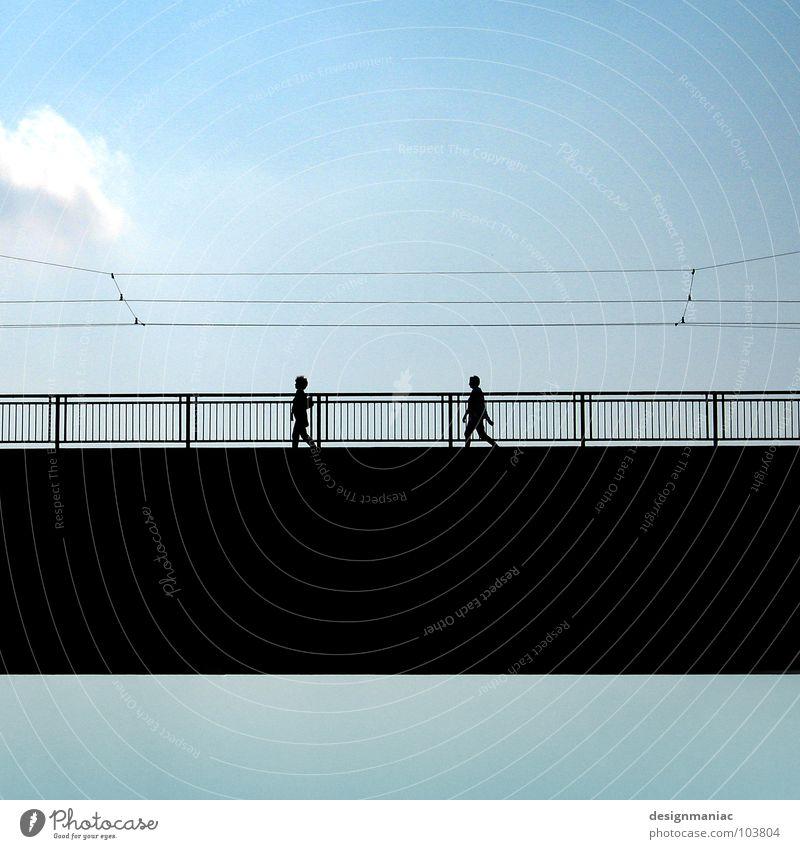 Himmelsbrücke Wolken hell-blau schwarz gehen Kabel verbinden Richtung harmonisch Gleichschritt parallel rein Brücke Mensch Kontrast Silhouette gleich Klarheit