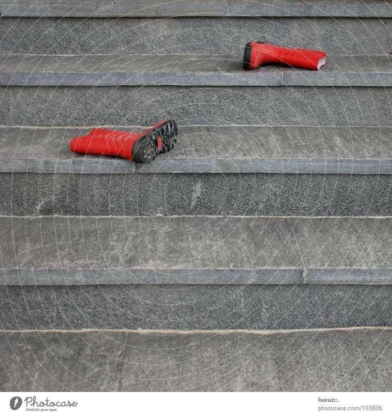 Mami, Mami ... rot Stein Wasserfahrzeug Bekleidung Geschwindigkeit Treppe Pause Bildung Toilette Kindheit Eingang Stiefel Leiter vergangen Unfall durcheinander