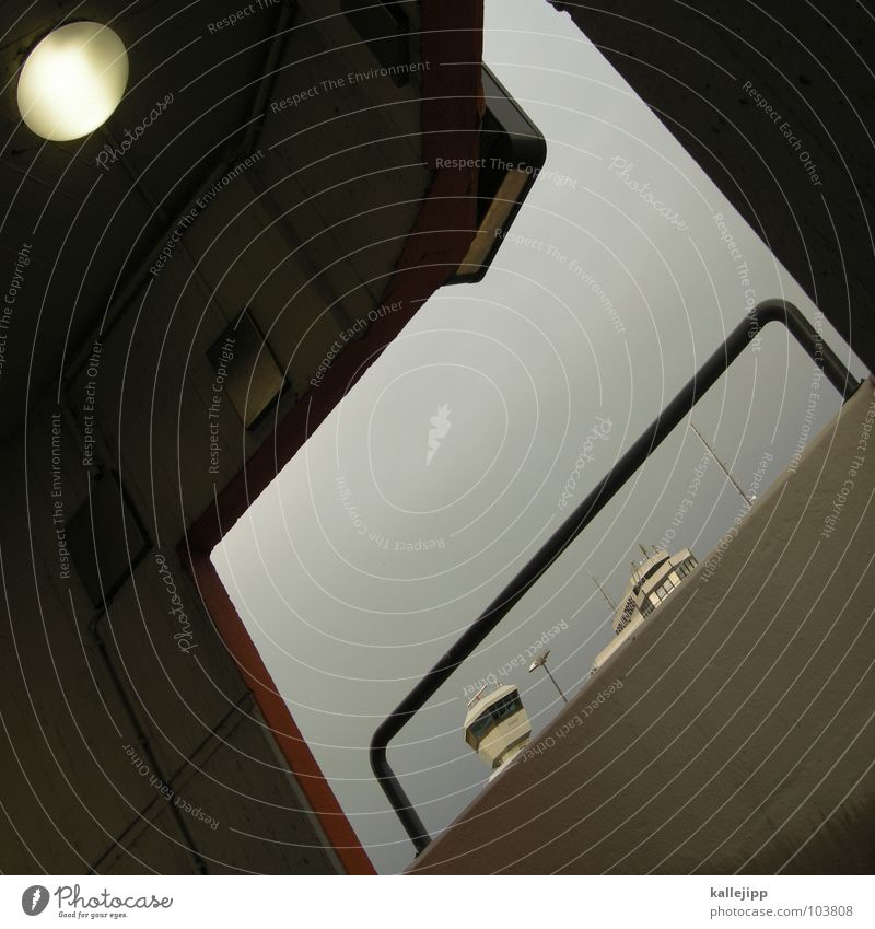 d Himmel Lampe Fenster Mauer Gebäude Beleuchtung Beton Beginn Treppe gefährlich bedrohlich Flughafen Grenze Gewitter Geländer Durchgang