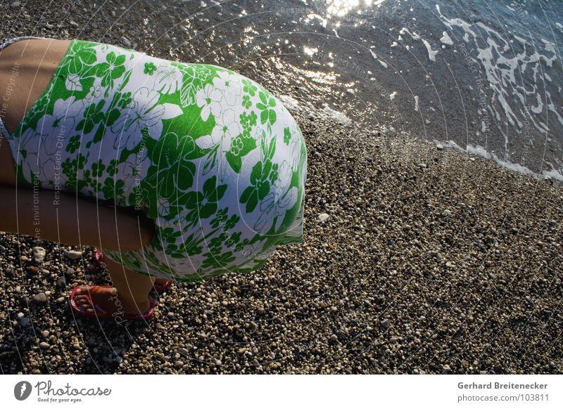 ... suchen und ... Frau Wasser Meer Sommer Strand Ferien & Urlaub & Reisen Stein Wellen Suche Rücken stehen Kleid Hinterteil verstecken Kies Flut