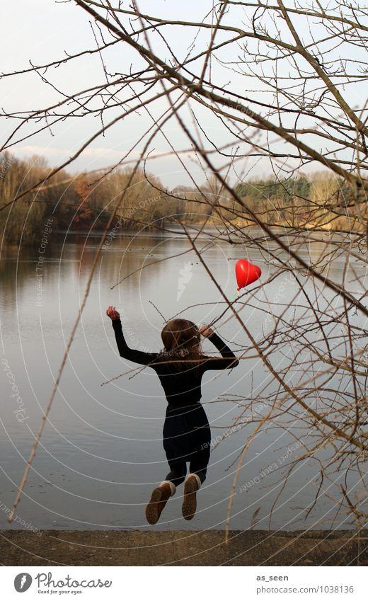 Jump into love feminin Mädchen Jugendliche 13-18 Jahre Kind Natur Wasser Herbst Winter Baum Seeufer Luftballon Herz springen authentisch positiv blau braun grau