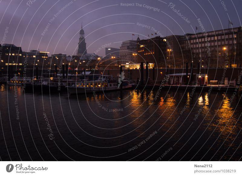 Nightfeeling Stadt Hafenstadt Haus Kirche Architektur dunkel Hamburg Elbe Wasserfahrzeug Himmel Farbfoto Außenaufnahme Menschenleer Textfreiraum links