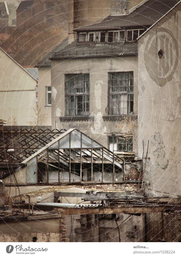 Charme des Verfalls kaputt Wirtschaftskrise Gebäude Haus Ruine Fabrik Industrieanlage Bauwerk Architektur Fassade Vergangenheit Vergänglichkeit Zerstörung