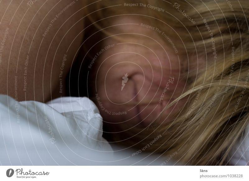 gern doch Haare & Frisuren Gesicht Wohlgefühl Zufriedenheit Erholung ruhig Bett Mensch Frau Erwachsene Kopf 1 Lächeln lachen liegen Freundlichkeit nackt weich