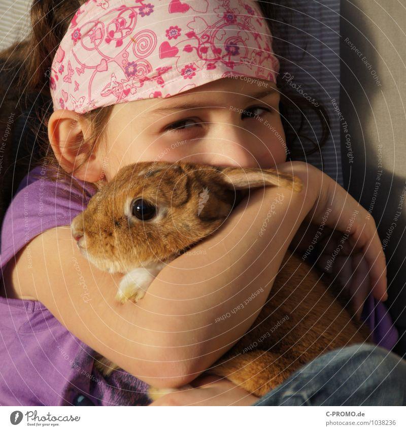 Tierlieb feminin Kind Mädchen Kindheit 1 Mensch 3-8 Jahre Kopfbedeckung Kopftuch Haustier Hase & Kaninchen berühren Küssen Liebe sitzen niedlich Glück