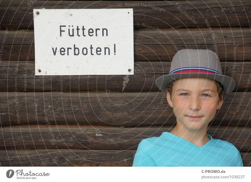 Füttern verboten! Mensch Kind Junge Holz braun maskulin Kindheit Hinweisschild Coolness 8-13 Jahre Hut türkis selbstbewußt füttern Holzwand spaßig