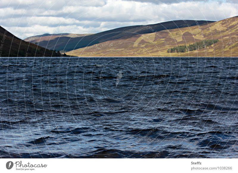 das Wasser plätschert leise Natur Ferien & Urlaub & Reisen blau Pflanze Erholung Landschaft ruhig See Wellen Urelemente Hügel Sommerurlaub Schottland